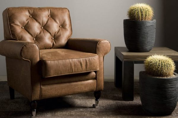 UrbanSofa-Toscane-gecapitonneerde-fauteuil-leer-met-klassieke-wielen-2560x1280-1-1280x640